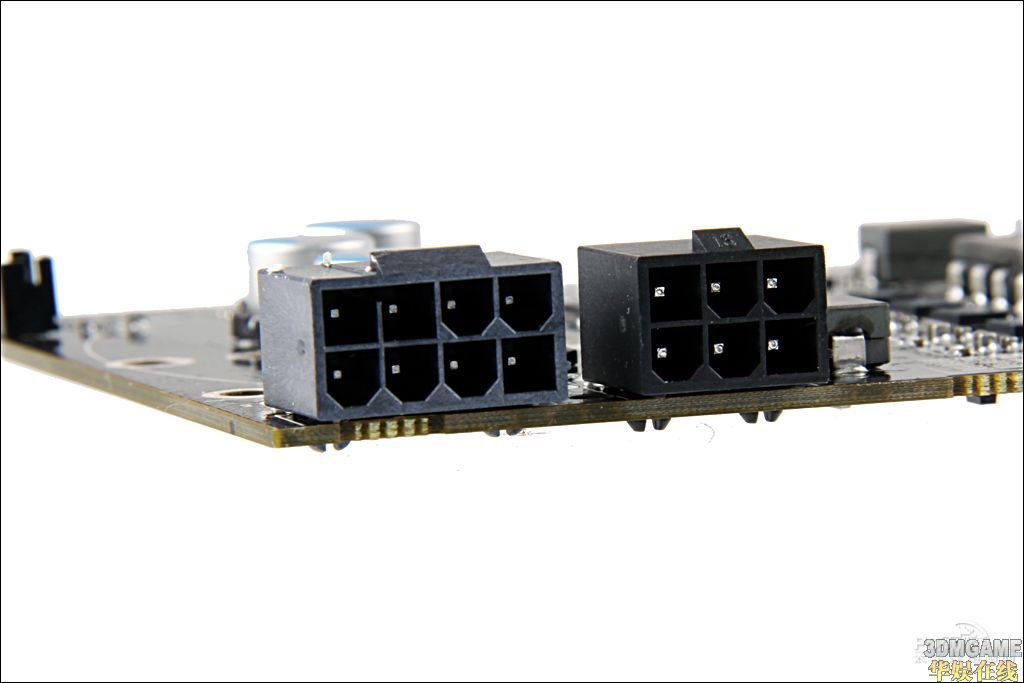 HD5970基于两个AMD顶级RV870(Cypress)核心设计,采用最新的40nm制作工艺,每颗核心拥有1600个流处理单元、80个纹理单元和32个光栅处理单元,整体规格上是上代Radeon HD4870 X2的两倍,性能相当于两张HD5870交火,可以想象HD 5970的性能是非常强悍的,暂时处于行业的巅峰。当然,这款全新的显卡王支持新一代的Direct X11及Shader Model 5.