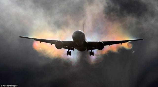 """飞机空中""""作画"""" 你绝没见过的诡异之美"""