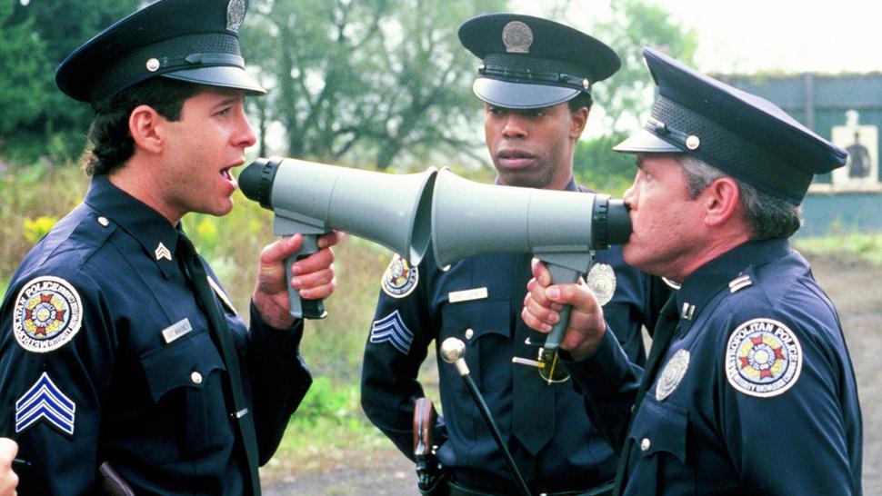 美国教官给警察提要求 不要像玩游戏一样随地扔枪
