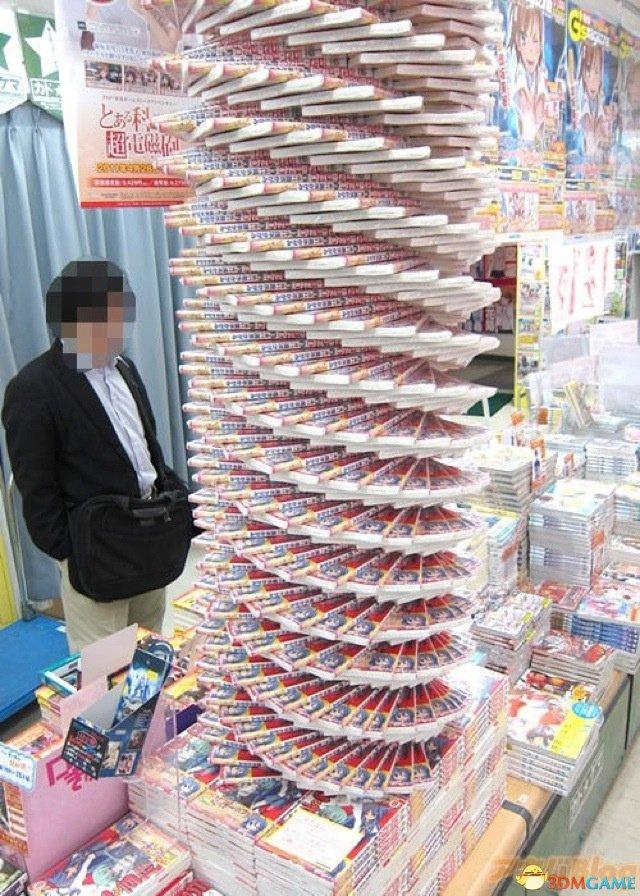 """这些书塔和螺旋塔可能很适合宣传,但是他们不适合实际的情况。首先,书籍这样堆起来显然会破坏书脊,尤其是最下面的书本。垒起来甚至会造成书本的纸张变形,下面的图片展示了这样的结果: 事实证明,塔和螺旋会施加不均匀的压力,而这对那些本来就容易受损的书籍来说更加严重。""""我在亚马逊上买书,所以不关我事,""""有人在网上讥讽2ch的用户。"""