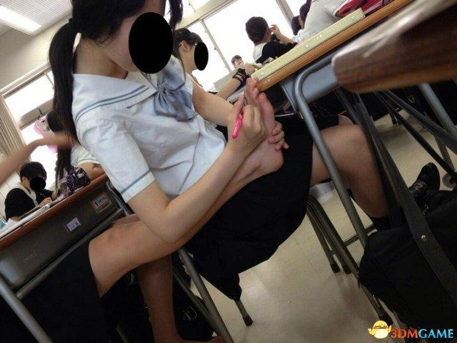 日本女生课间休息爱干的事:交流小黄本