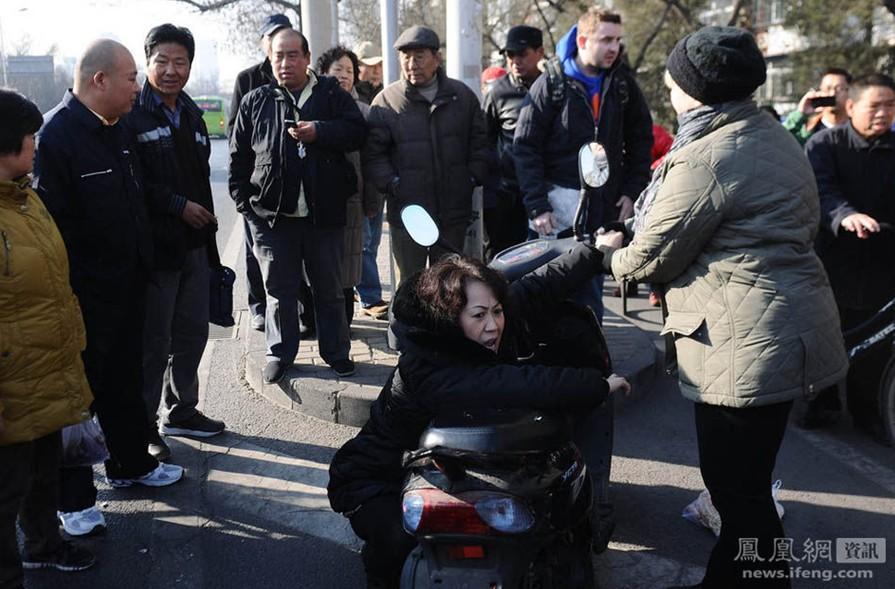 老人摔倒讹人事件_真丢人!外国小伙北京街头扶起摔倒女子反遭讹_www.3dmgame.com