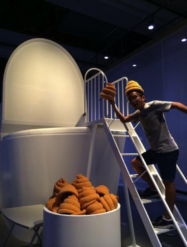 """就在本周,一场怪异的展览会将在东京科学博物馆举行。为什么说怪异呢?因为他展示的是""""翔""""的文化。主题为:""""马桶?人类粪便,大地的财富"""" 。整个展览中心满是马桶和便便。 该展览将展示不同动物的粪便和不同形状的人类粪便。另外还有专门板块展示各种各样的马桶以及未来马桶的构思。"""