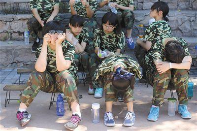 高中女生军训期跳楼自杀 疑因军姿不好遭老师斥责