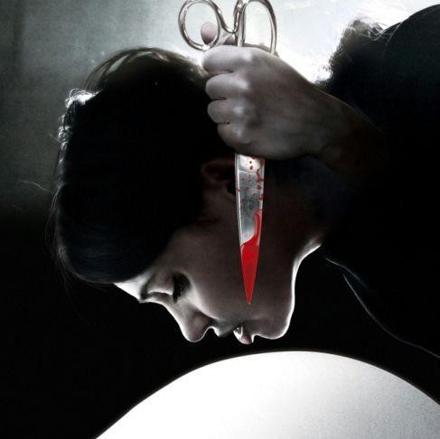 电影《夺婴》中 一名孕妇的肚子被另一个女人剖开