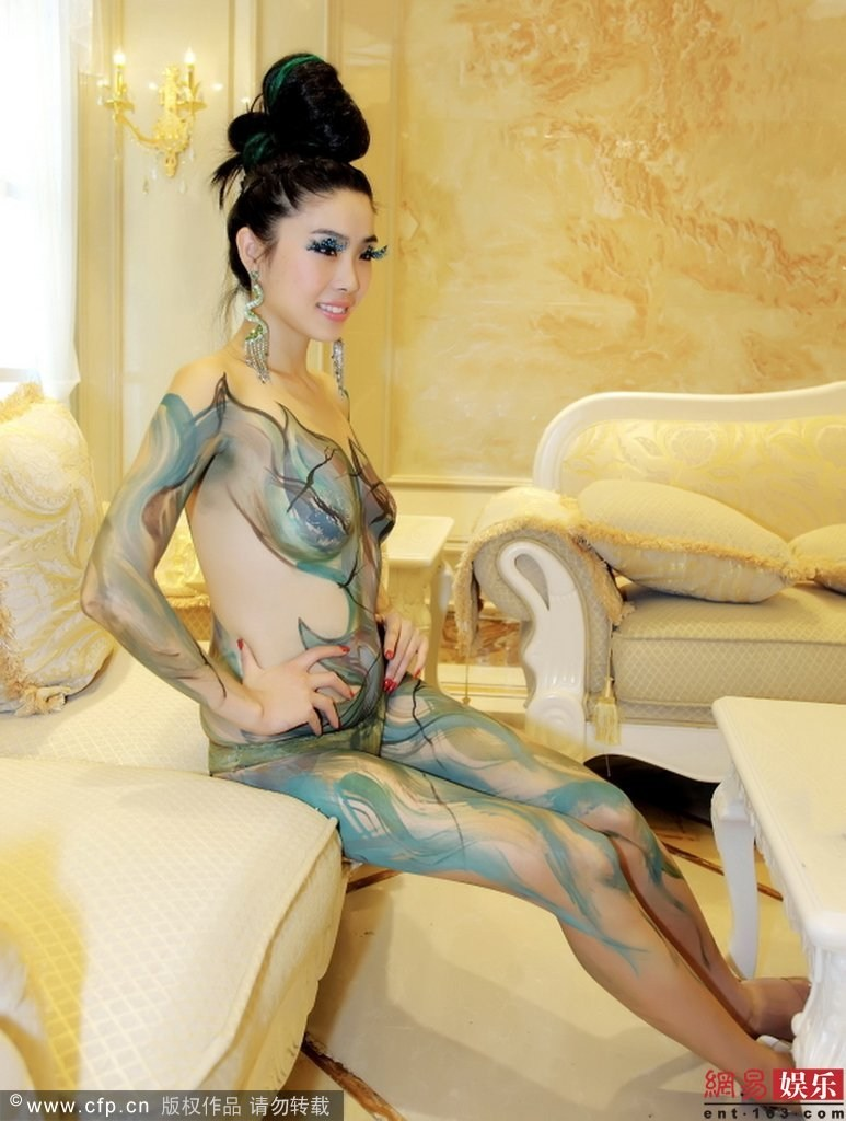 性感嫩模全裸彩绘妖艳似蛇精 在众人面前摆弄风姿