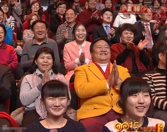 春晚观众_笑脸哥现场看春晚 连续17年稳坐春节晚会观众席_www.3dmgame.com