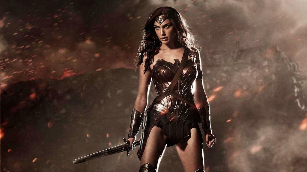 届时,dc超级英雄联盟中的神奇女侠(盖尔·加朵饰),超人(亨利&
