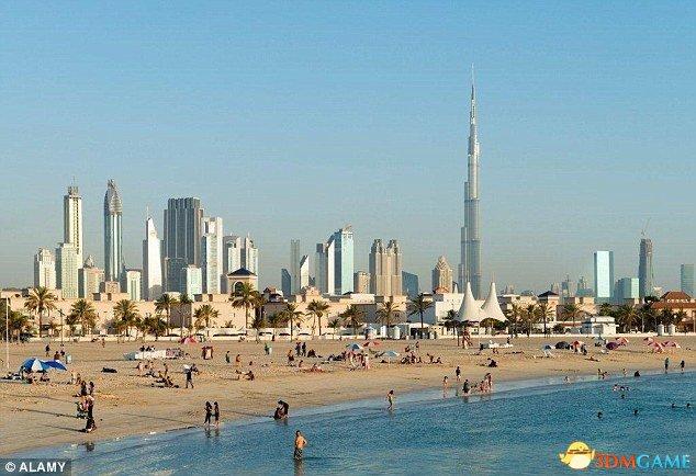 迪拜海滩美女如云 男性假装拍风景其实是偷拍美女