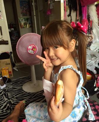 日本十岁小女孩被强��`f��,z)�h�_看完直接吓尿了!日本6岁小女孩画浓妆变成小辣妹