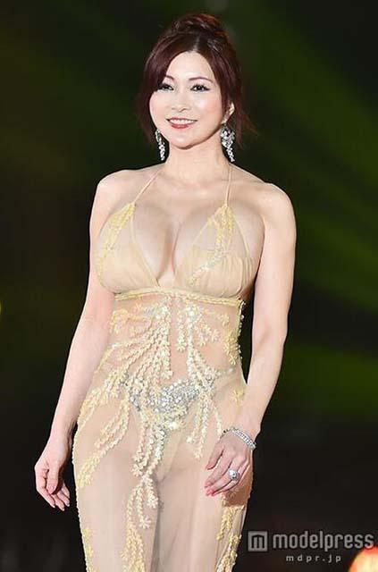 巨乳名媛叶美香亮相时装周 透视装如全裸速来欣赏