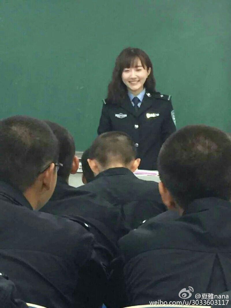 28日晚,@郑州校园发微博:#河南最美女教师#火爆全校,@河南警察学院新