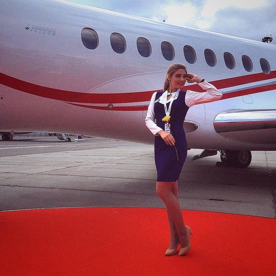 俄罗斯空姐巴布什金娜(Anastasia Babushkina)在本周获得了俄罗斯最佳空姐的名号,然而,你绝对想不到,23岁的她在大学时学的是经济专业!  为了认识新朋友,巴布什金娜选择了空姐这份职业。但你想要在天上遇到她似乎也没那么容易,因为她大多数时间都是在为私人飞机服务。  之前,她曾尝试想找一个有趣且有成就感的工作,不过没找到。鉴于自己这么喜欢旅游和交朋友,于是,干脆去当了空姐。