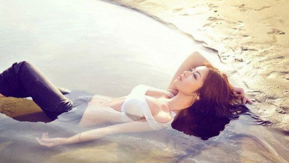 沙滩美女惊人上围性感让人窒息